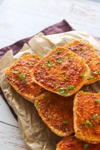 Hvidløgbrød Med Kryddersmør Af Semitørrede Tomater
