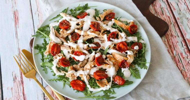 Skøn Salat Med Kylling, Semitørrede Tomater Og Fetadressing