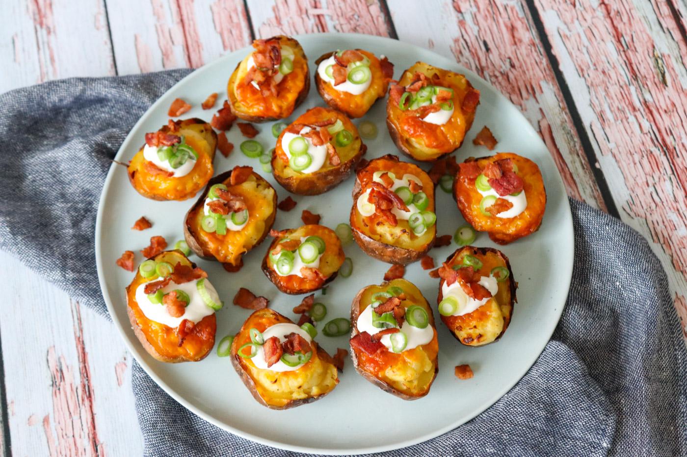 Små Dobbelt Bagte Kartofler Med Cheddar Og Bacon