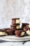 Små Issandwiches Med Oreo, Chokolade Og Hjemmelavet Vaniljeis