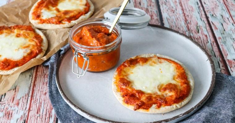 Pitabrød Pizza Med Hjemmelavet Romescosauce Og Ost