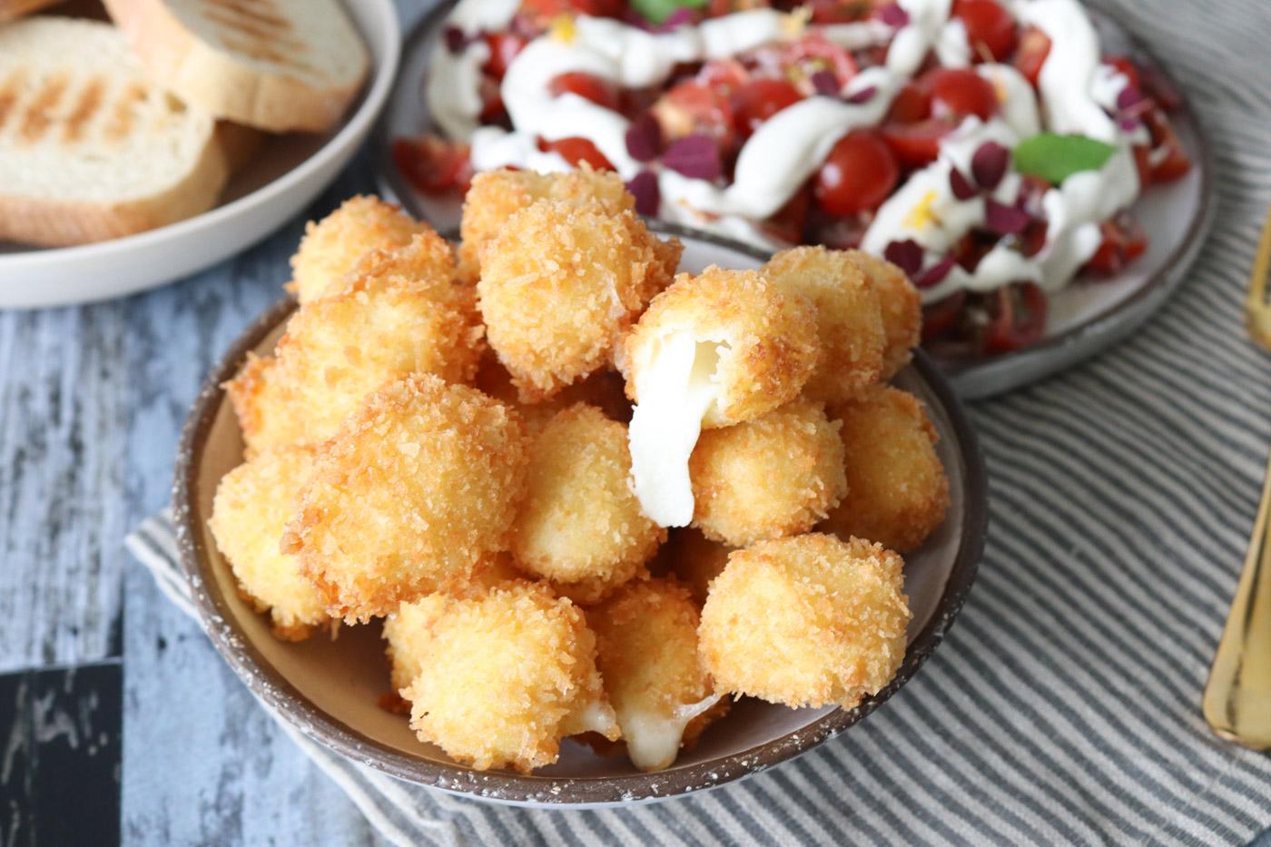 Friterede Mozzarellakugler – Sprøde Ostekugler