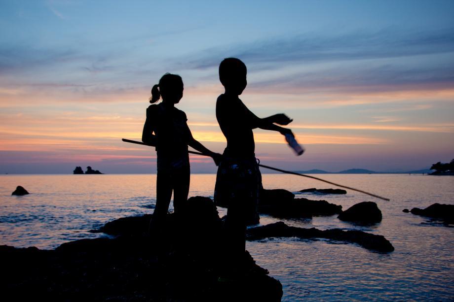Kinder angeln in der Dämmerung