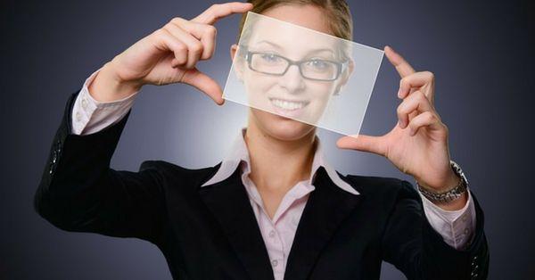Donna con foglio trasparente in mano