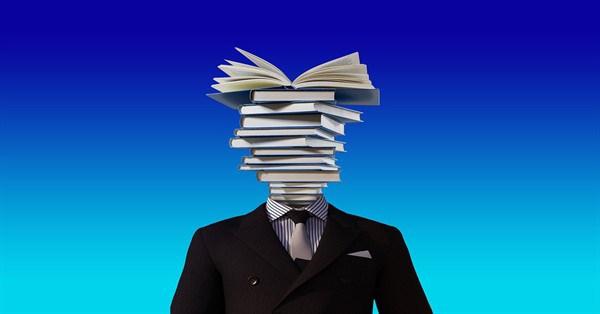 uomo con libri al posto della testa