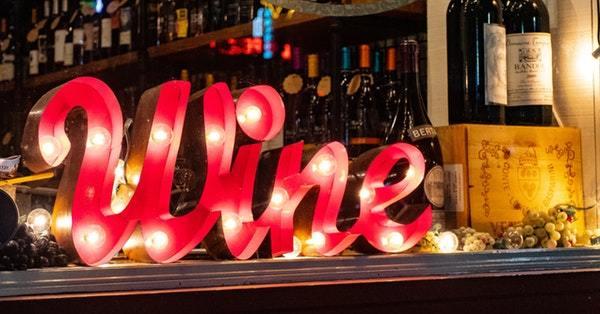 insegna luminosa con scritto wine