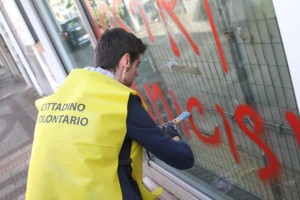 Cittadini volontari puliscono i muri