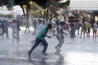 Idranti sui migranti a Roma