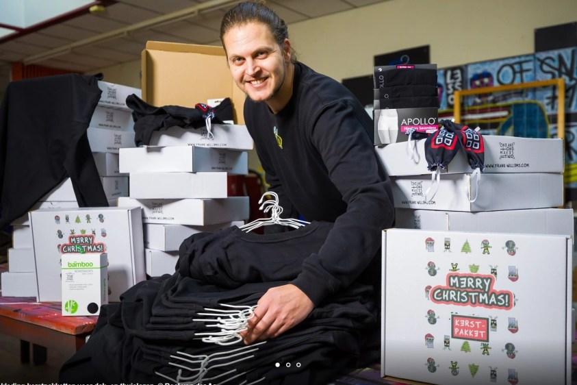 Kunstenaar Frank Willems met de kleding-kerstpakketten voor dak- en thuislozen - Roel van der Aa