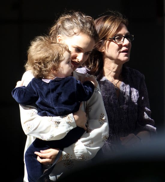 66710 Preppie Natalie Portman and her family saying Goodbye to her mother at the airport in NYC 5 122 570lo