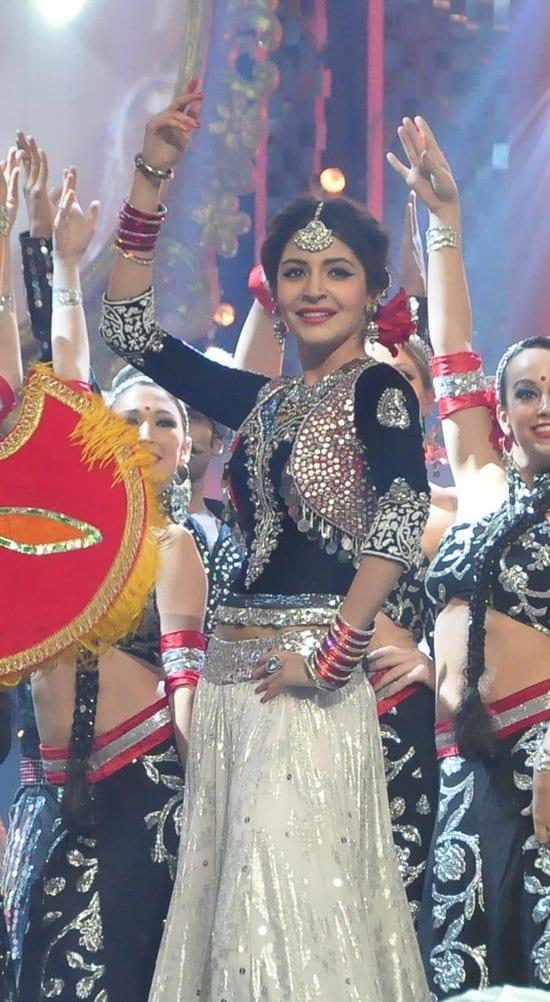 Anushka Sharma & Shah Rukh Khan Perform at the Filmfare Awards 2013