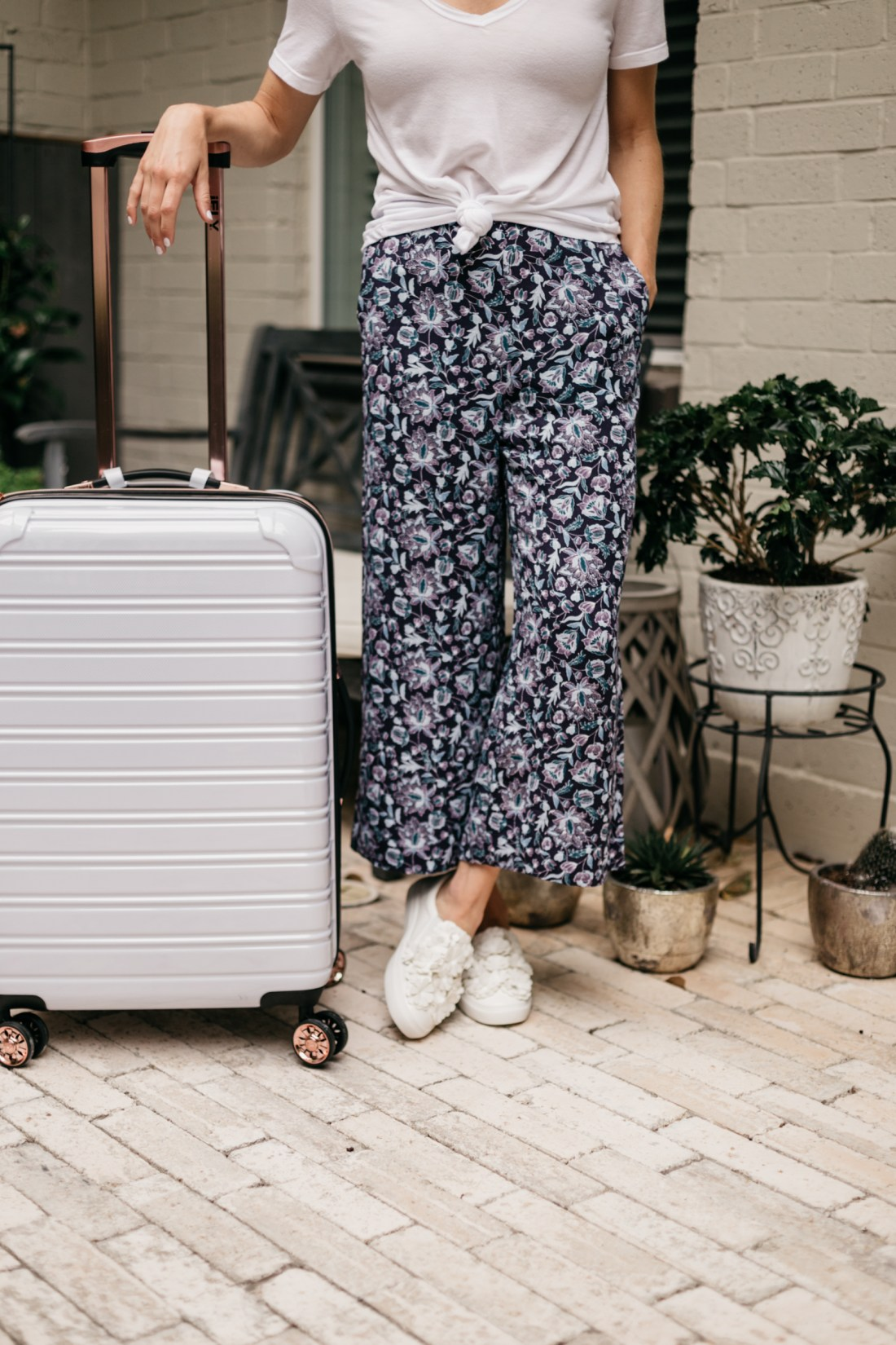 one small blonde is sharing her go-to travel outfit