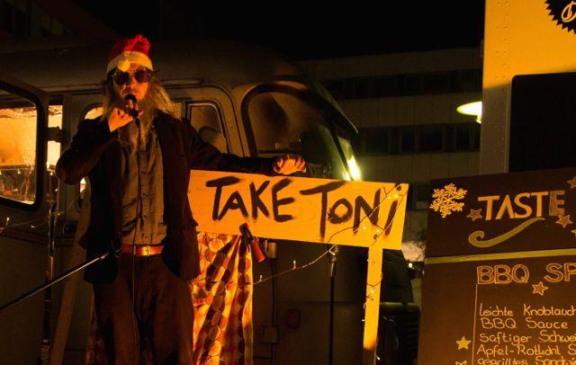 One Take Toni barfuss mit Gitarre vor der Centralstation in Darmstadt, Foodtruck Markt mit live Musik