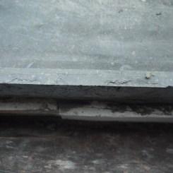 Les pierres bleues abîmées du garage