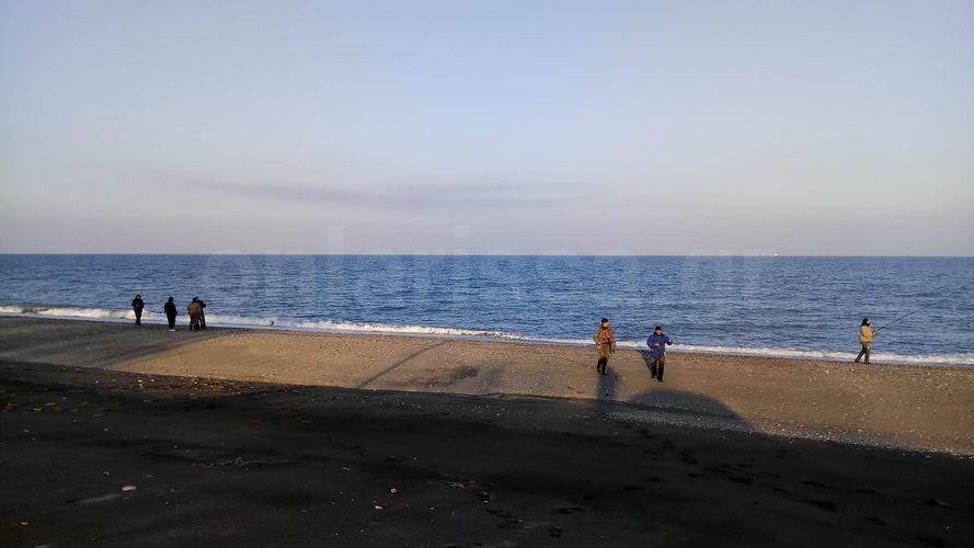 Και ξαφνικά στο καταχείμωνο, γέμισε... ψαράδες η αμμουδιά στον Αγιόκαμπο! - Δείτε γιατί