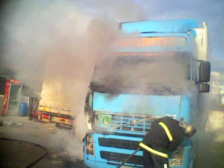 Στις φλόγες νταλίκα λίγο έξω από τη Λάρισα - Πήρε φωτιά πάνω στο δρόμο!