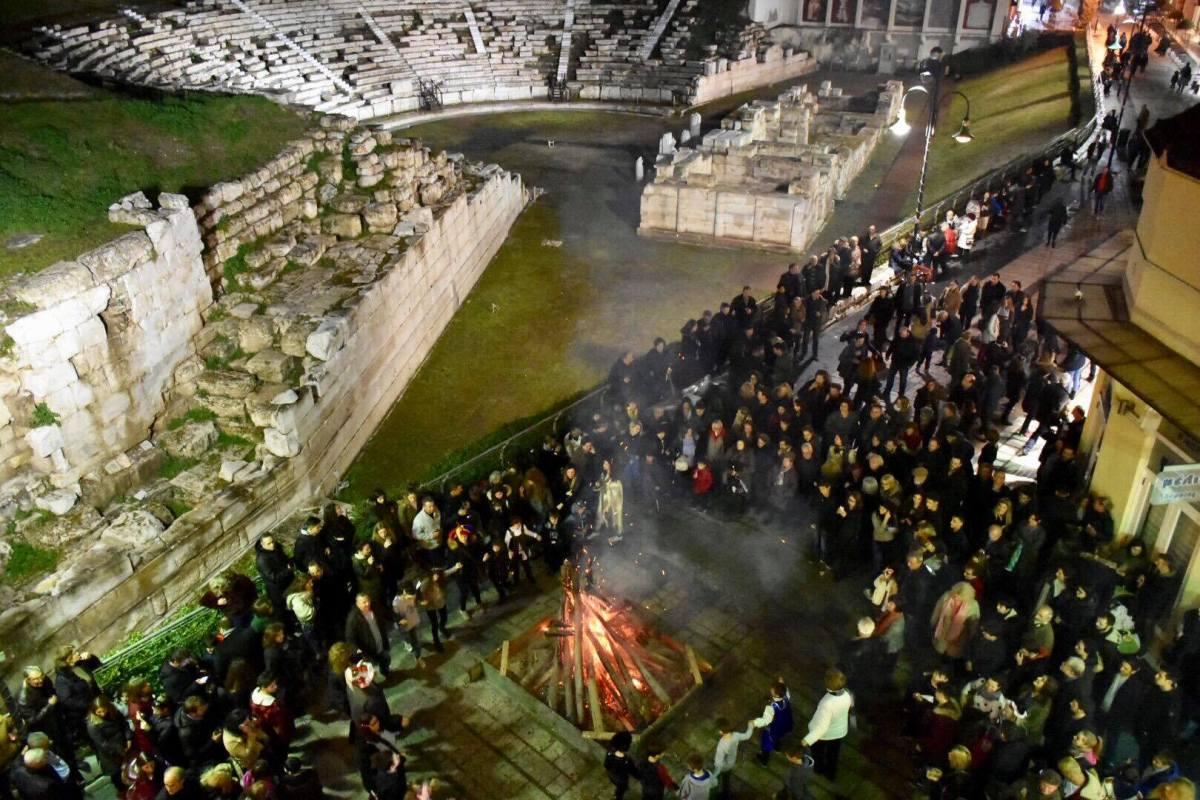 Οι Λαρισαίοι γλεντούν την αποκριά με φόντο το αρχαίο θέατρο - Δείτε βίντεο και φωτογραφίες