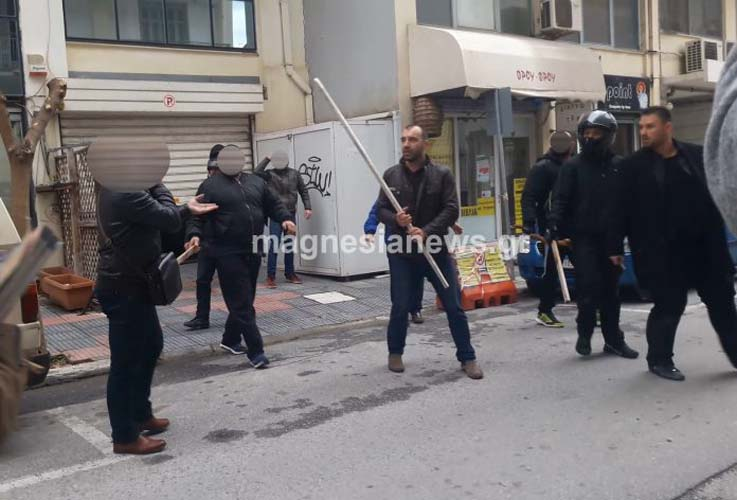 Χαμός στο Βόλο: Κραδαίνοντας ξύλα φυγαδεύτηκαν Κασιδιάρης – Ηλιόπουλος από τα στούντιο του Astra