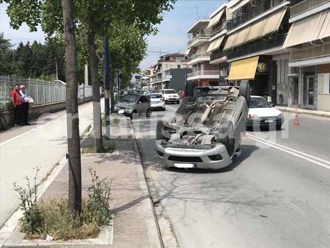 Αυτοκίνητο τούμπαρε στην Ιωαννίνων - Στο νοσοκομείο ένας 49χρονος Λαρισαίος (φωτό)