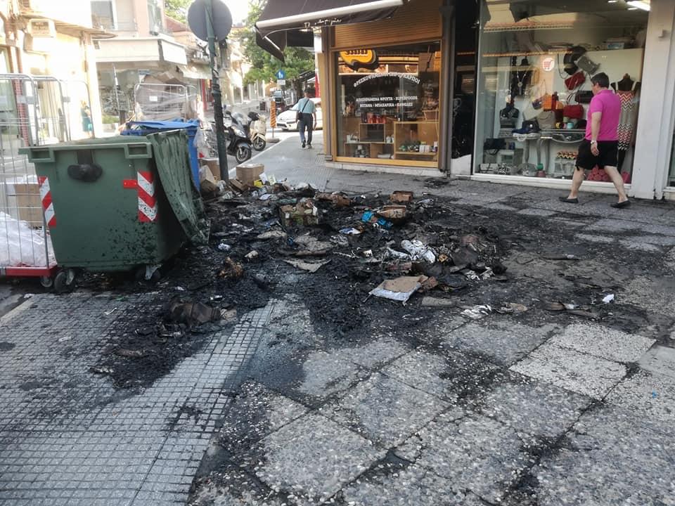 Πήραν φωτιά σκουπίδια στο κέντρο της Λάρισας, κινδύνεψαν καταστήματα - Δείτε φωτογραφίες