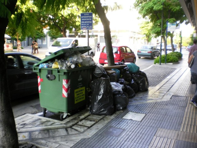skoup2 1 - Βουνά τα σκουπίδια στη Λάρισα – Άσχημη η εικόνα στο κέντρο της πόλης