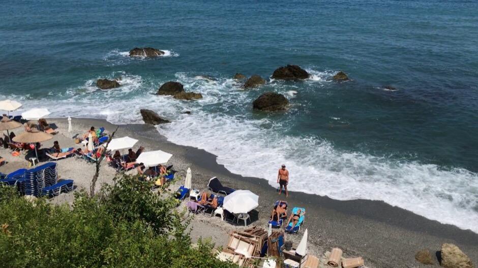 Μαϊάμι θυμίζουν σήμερα τα παραλία της Αγιάς - Δείτε φωτογραφίες και βίντεο