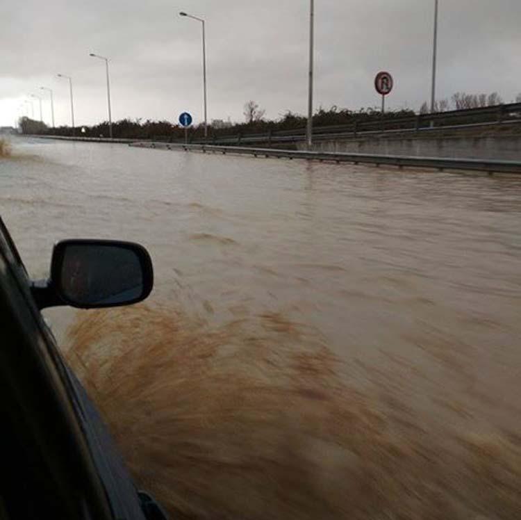 Απίστευτο βίντεο: Σε θάλασσα μετατράπηκε η εθνική οδός - Αποκαθίσταται η κυκλοφορία και στα δύο ρεύματα