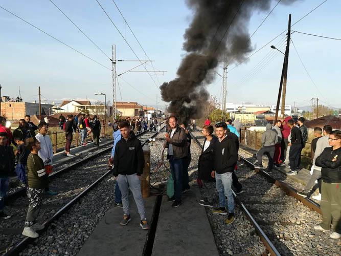 Ένταση και πάλι στις γραμμές: Κάτοικοι έβαλαν φωτιά και απέκλεισαν το συρμό (φωτό - βίντεο)