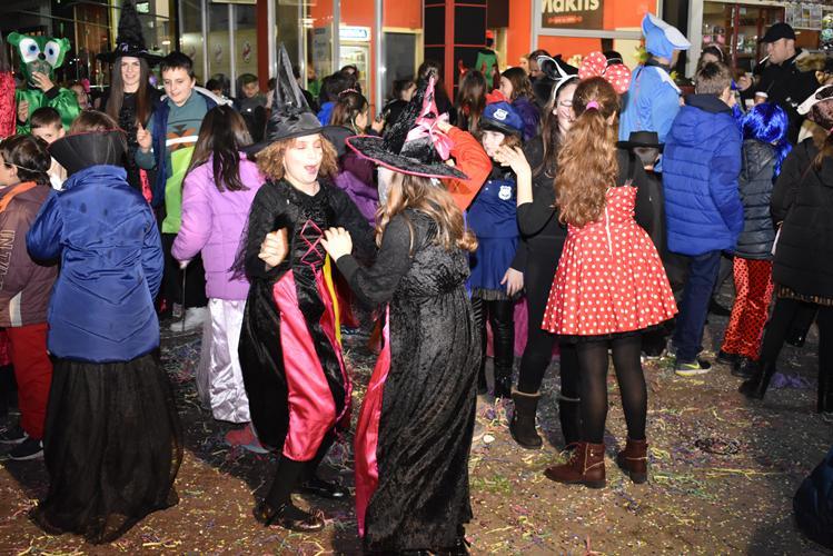 Ατελείωτο κέφι και χορός στο maske disco party στο κέντρο της Λάρισας - Δείτε βίντεο και φωτογραφίες