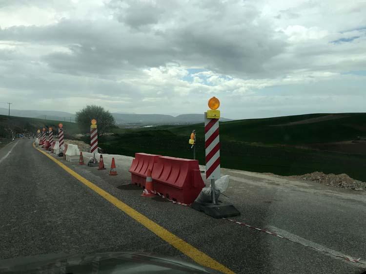 Τραγική η κατάσταση στο δρόμο Λάρισας - Φαρσάλων: Αποκολλήθηκε ολόκληρο κομμάτι του οδοστρώματος! (φωτό)