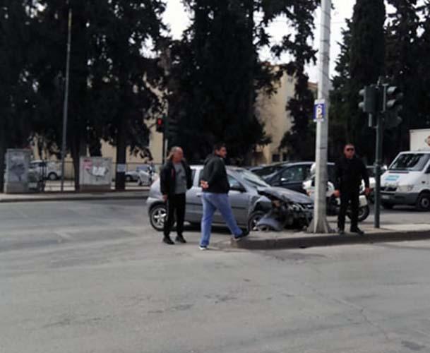 Τρελή πορεία για αυτοκίνητο στην Ηρώων Πολυτεχνείου - Έπεσε πάνω σε κολόνα!