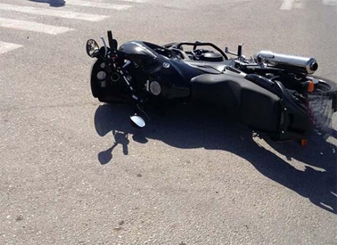 Ανατριχιαστικό τροχαίο με μηχανή στη Λάρισα - Έχασε το πόδι του ο οδηγός
