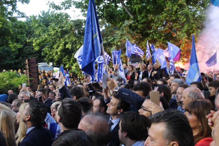 Πλήθος κόσμου στην ομιλία Κυριάκου Μητσοτάκη στην πλατεία Ταχυδρομείου στη Λάρισα (φωτο)