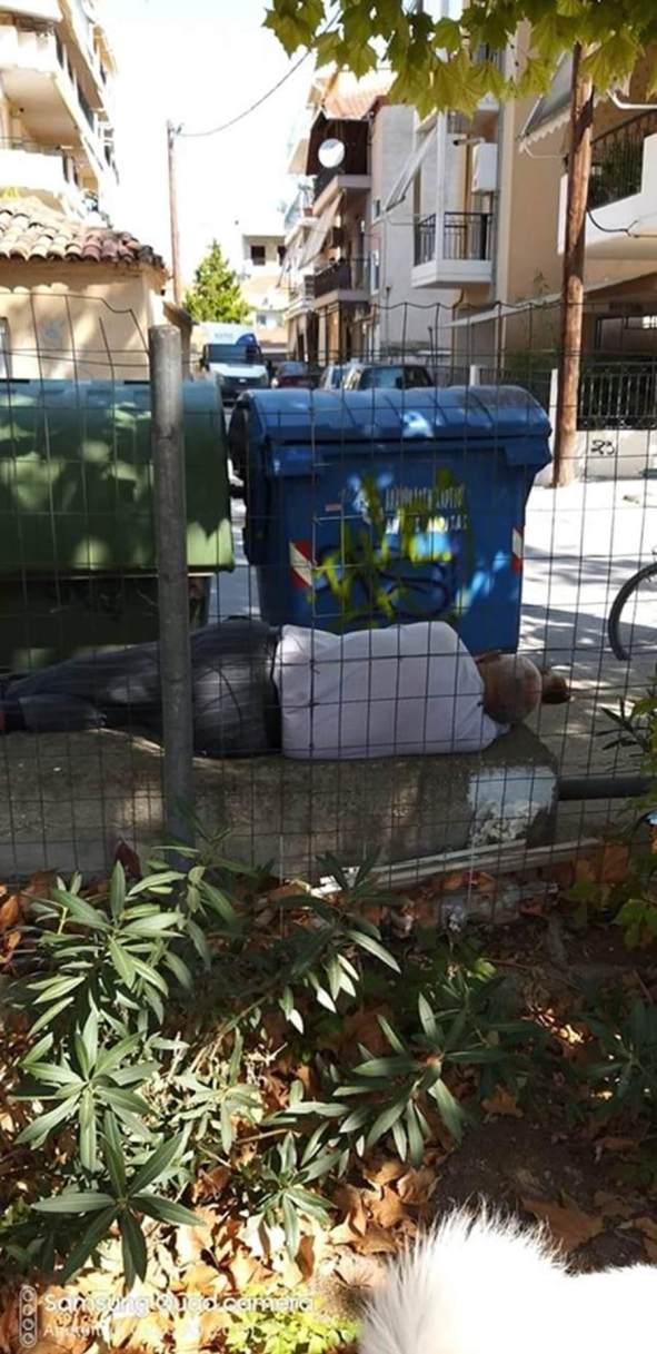 Ηλικιωμένος στη Λάρισα ψάχνει για φαγητό στα σκουπίδια και κοιμάται στο πεζούλι (φωτο)
