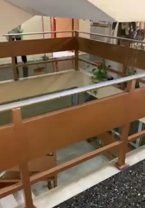 Απίστευτο βίντεο: Βρέχει... μέσα στο Δικαστικό Μέγαρο της Λάρισας!
