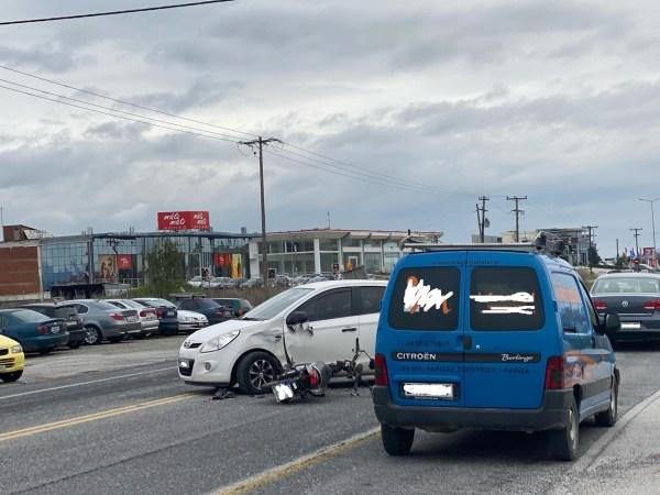 Τροχαίο με τραυματισμό στη Λάρισα - Αυτοκίνητο συγκρούστηκε με μηχανάκι (φωτο)