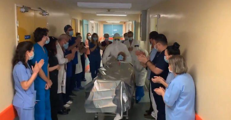 Συγκινητικό βίντεο: Καταχειροκροτούμενος βγαίνει από τη ΜΕΘ του Πανεπιστημιακού Νοσοκομείου Λάρισας ασθενής με κορωνοϊό