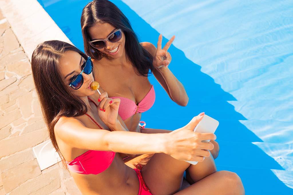 bikini-girls-taking-selfies