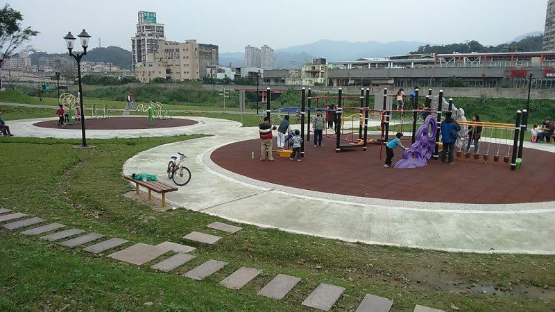 溜小孩的好去處,汐止星光橋下自行車道旁的小公園。