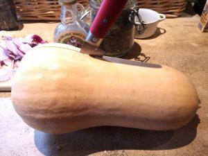 Couper une courge butternut