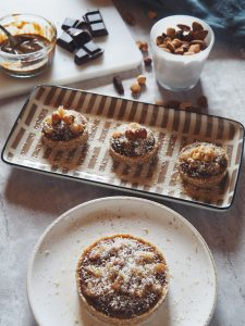 tarte crue vegan et sans gluten, à la poire et au chocolat-noisette avec une pâte crue à la noix de coco