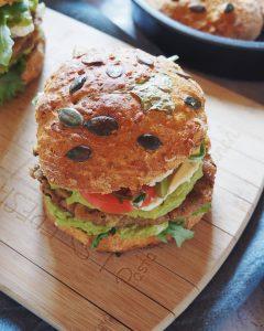 Résultat des burgers végétariens aux galettes de lentilles vertes, guacamole, chèvre et mayonnaise maison