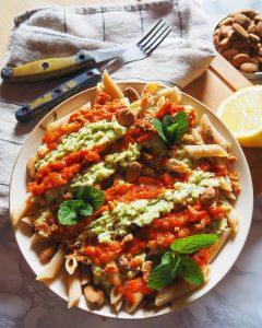 pâtes accompagnées de pesto de courgettes et d'une crème aux poivrons