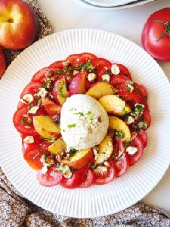 Salade de tomate, mozzarella et nectarine, sauce ciboulette et noisettes concassées