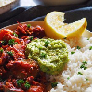 Chili sin carne accompagné de riz et de guacamole