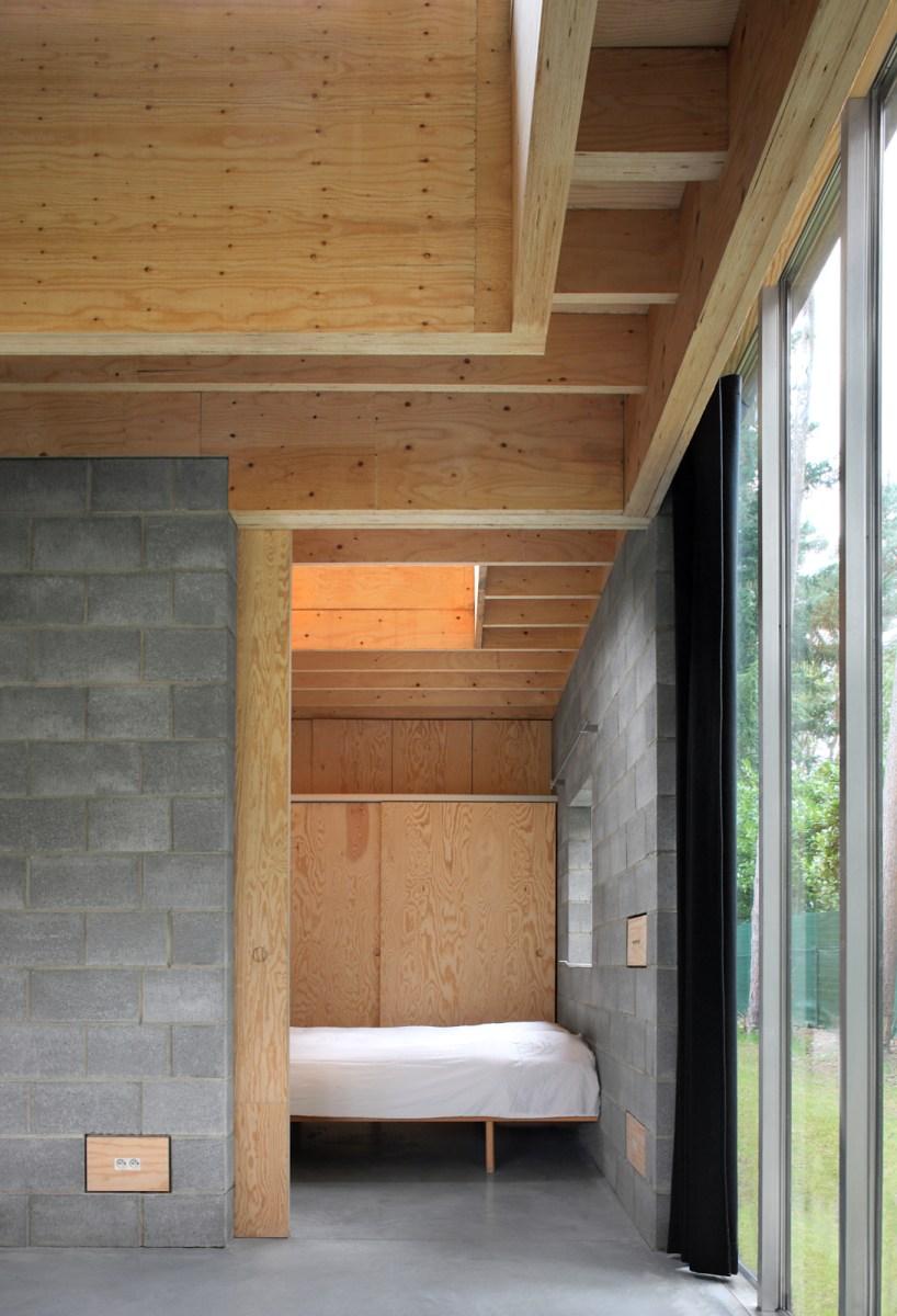 Sommige kamers zijn door grote houten schuifpanelen aan de leefruimtes te schakelen. Ze kunnen slaapkamer, bureau of hobbyruimte zijn doorheen de tijd