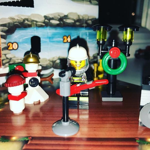 #legocityadvent Day 12: Today the city has gained a decorated street light which rocking firegirl has immediately appropriated...