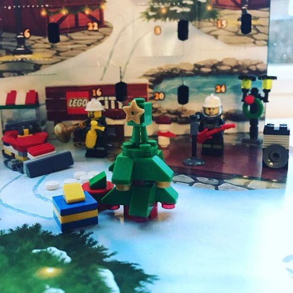 #legocityadvent Day 21: today the good folks of the city finally get a Christmas tree.