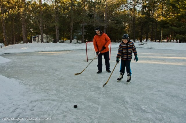 Playing_hockey_in_Algonquin_Best_Ontario_Parks_Winter