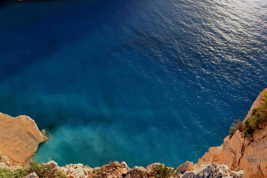 Bovenaanzicht op de zee berg blauw Evia Griekenland